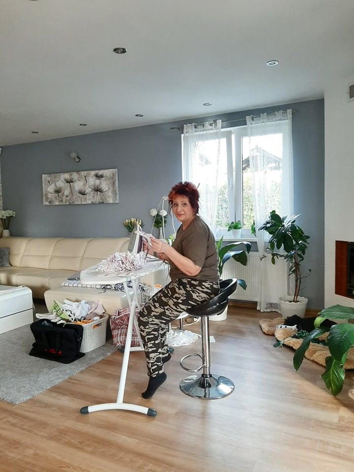 Pedikérka Ivanka Kokšteinová se v rámci spolupráce chopila žehličky.